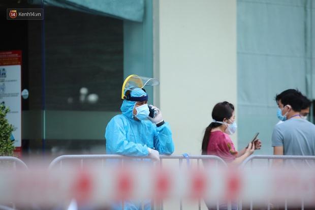 Ảnh, clip: Phong tỏa tạm thời tòa Landmark 3 ở quận Bình Thạnh, cách ly gần 2.000 người - Ảnh 4.