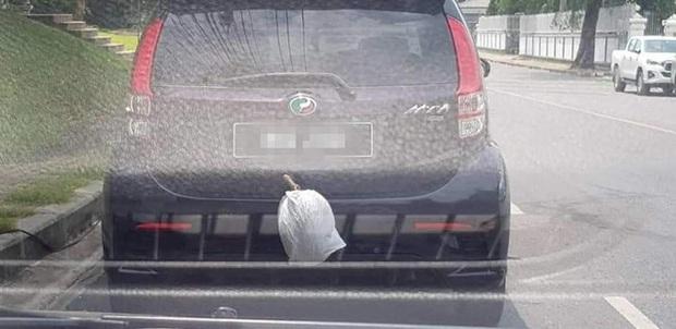 """Treo sầu riêng ngoài ô tô để tránh ám mùi, chủ xe nào ngờ gặp phải cái kết """"cứng họng"""": Bài học nhớ đời từ nay về sau! - Ảnh 1."""