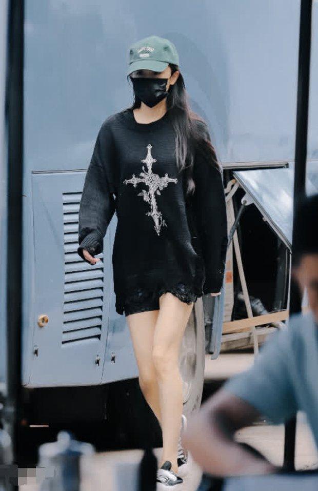 Dương Mịch sải bước ở phim trường nhưng bị đồ vật trên tay làm lộ dấu hiệu bất ổn, con gái Tiểu Gạo Nếp cũng bị réo tên - Ảnh 2.