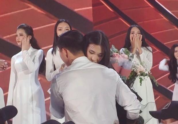Loạt ảnh Văn Hậu đi xem bóng đá cùng Top 10 Hoa hậu Việt Nam, đeo khẩu trang kín mít và cố né paparazzi khác gì sao Hàn đâu - Ảnh 1.