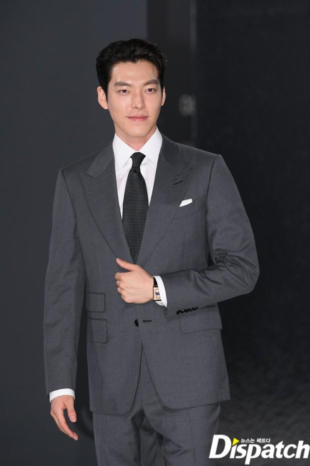Kim Woo Bin lột xác tại sự kiện sau 3 năm ung thư: Visual trở lại thời The Heirs, phong thái tổng tài chấp ống kính phóng viên - Ảnh 5.