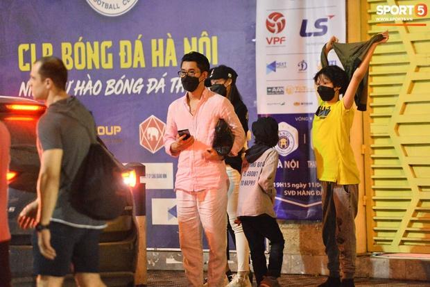 Loạt ảnh Văn Hậu đi xem bóng đá cùng Top 10 Hoa hậu Việt Nam, đeo khẩu trang kín mít và cố né paparazzi khác gì sao Hàn đâu - Ảnh 5.