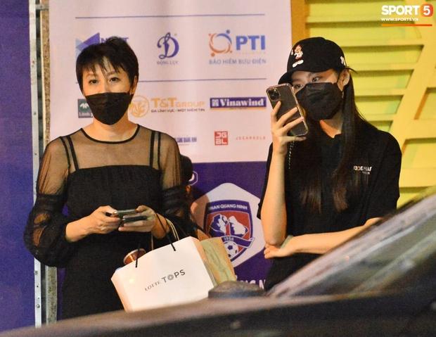 Loạt ảnh Văn Hậu đi xem bóng đá cùng Top 10 Hoa hậu Việt Nam, đeo khẩu trang kín mít và cố né paparazzi khác gì sao Hàn đâu - Ảnh 4.
