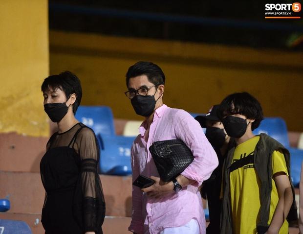 Loạt ảnh Văn Hậu đi xem bóng đá cùng Top 10 Hoa hậu Việt Nam, đeo khẩu trang kín mít và cố né paparazzi khác gì sao Hàn đâu - Ảnh 3.