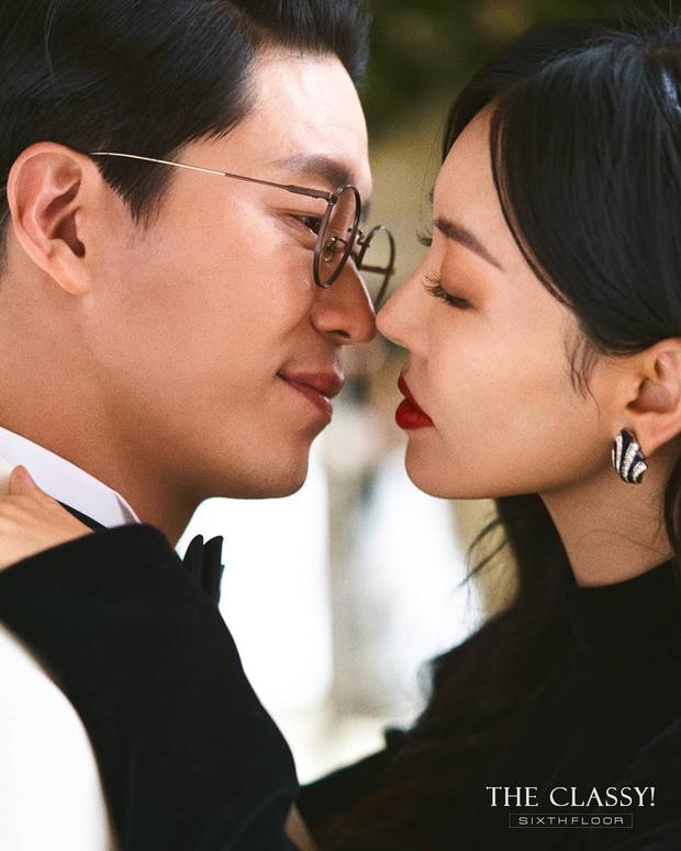 Cặp đôi mưu mô Penthouse tung ảnh cưới cực tình, Kim So Yeon đang kín bưng bỗng quay lại hở võng lưng trần sexy cháy mắt - Ảnh 2.