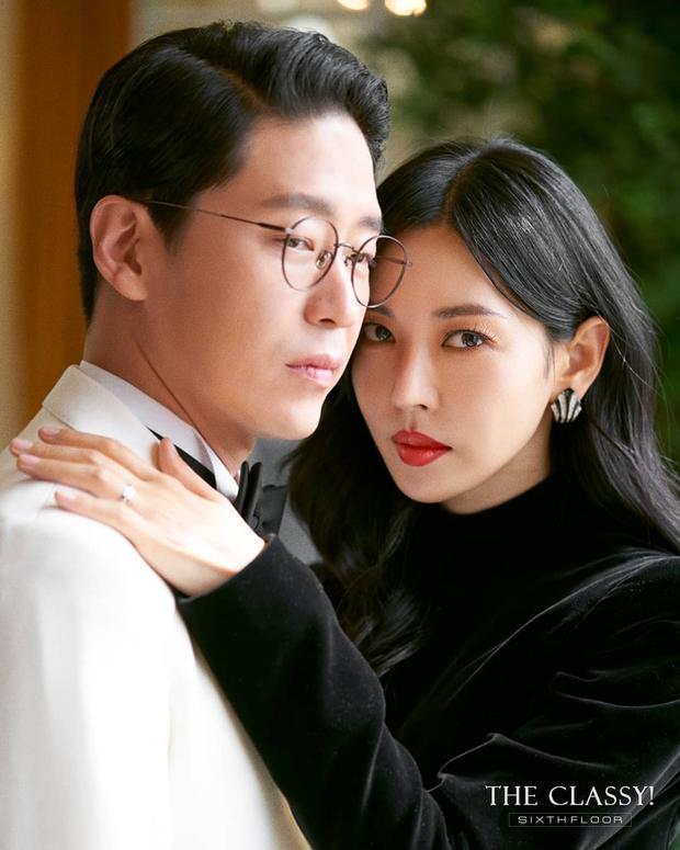 Cặp đôi mưu mô Penthouse tung ảnh cưới cực tình, Kim So Yeon đang kín bưng bỗng quay lại hở võng lưng trần sexy cháy mắt - Ảnh 6.