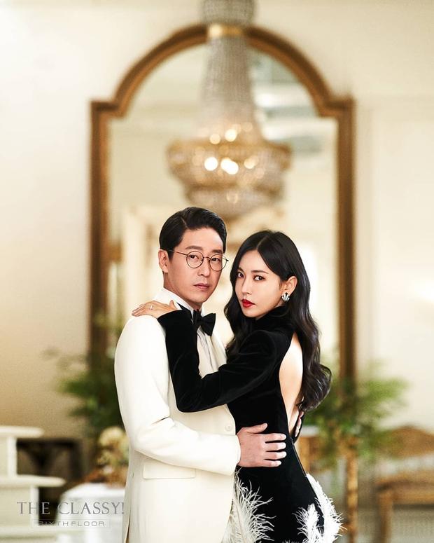 Cặp đôi mưu mô Penthouse tung ảnh cưới cực tình, Kim So Yeon đang kín bưng bỗng quay lại hở võng lưng trần sexy cháy mắt - Ảnh 4.