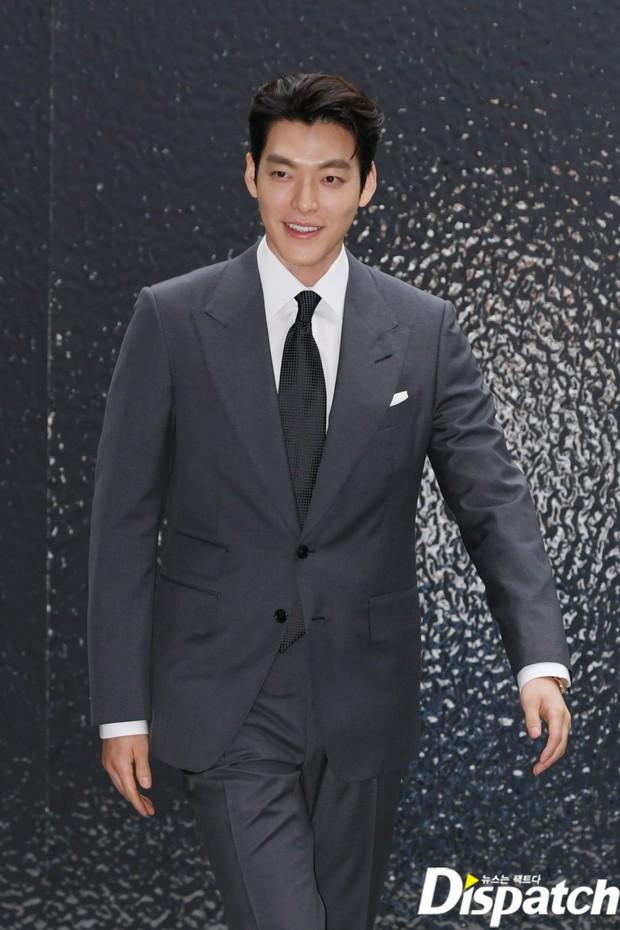 Kim Woo Bin lột xác tại sự kiện sau 3 năm ung thư: Visual trở lại thời The Heirs, phong thái tổng tài chấp ống kính phóng viên - Ảnh 6.
