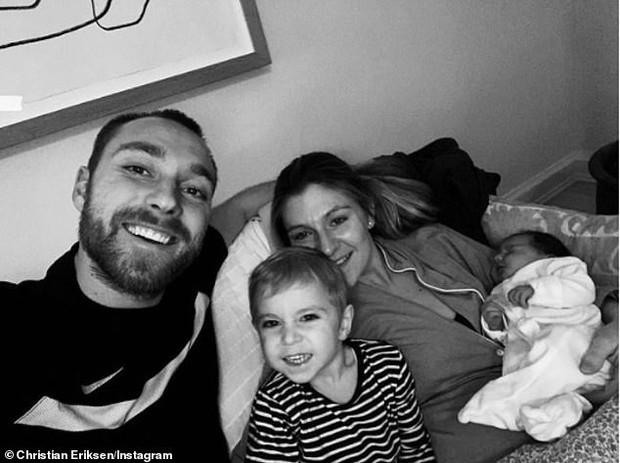 Eriksen đăng tải hình ảnh đầu tiên trên giường bệnh sau thời khắc gục ngã đầy kinh hoàng tại sân cỏ Euro - Ảnh 3.