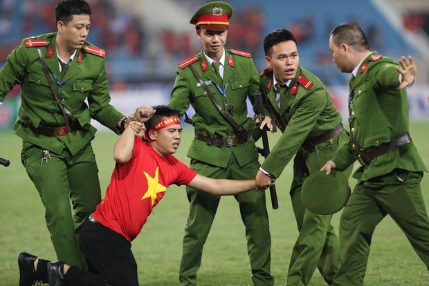 Clip: Thấy fan cuồng bóng đá tràn xuống SVĐ bị tóm, Quế Ngọc Hải liền có 1 hành động làm cả khán đài ngỡ ngàng - Ảnh 5.