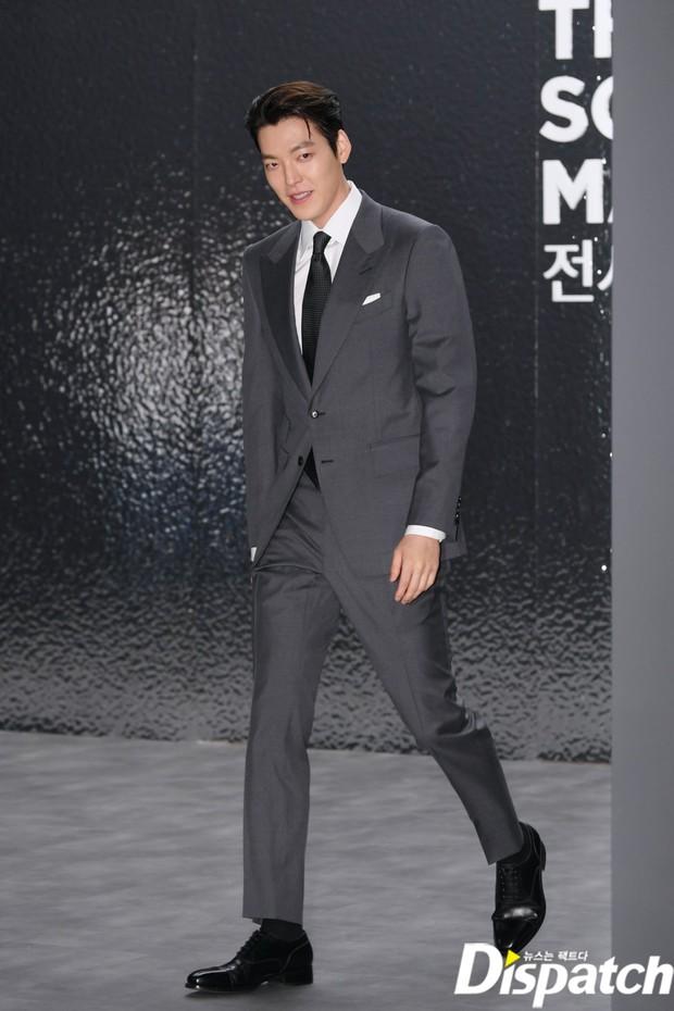 Kim Woo Bin lột xác tại sự kiện sau 3 năm ung thư: Visual trở lại thời The Heirs, phong thái tổng tài chấp ống kính phóng viên - Ảnh 9.