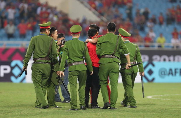 Clip: Thấy fan cuồng bóng đá tràn xuống SVĐ bị tóm, Quế Ngọc Hải liền có 1 hành động làm cả khán đài ngỡ ngàng - Ảnh 6.