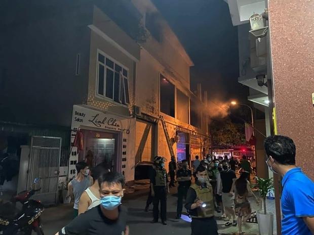 Ảnh: Hiện trường ám ảnh vụ cháy phòng trà khiến 4 người lớn và 2 trẻ em tử vong trong đêm - Ảnh 1.