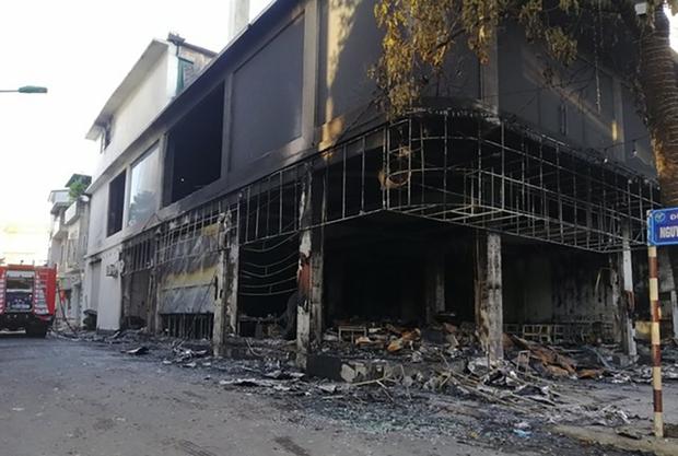 Ảnh: Hiện trường ám ảnh vụ cháy phòng trà khiến 4 người lớn và 2 trẻ em tử vong trong đêm - Ảnh 10.