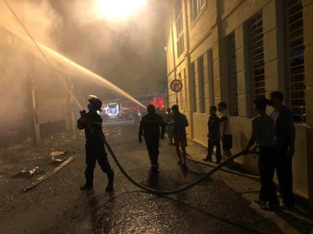 Ảnh: Hiện trường ám ảnh vụ cháy phòng trà khiến 4 người lớn và 2 trẻ em tử vong trong đêm - Ảnh 2.