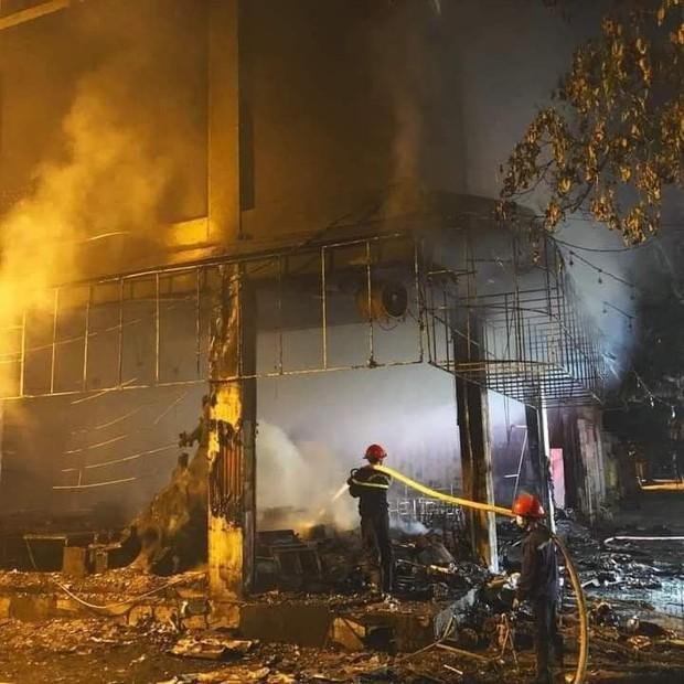 Ảnh: Hiện trường ám ảnh vụ cháy phòng trà khiến 4 người lớn và 2 trẻ em tử vong trong đêm - Ảnh 4.