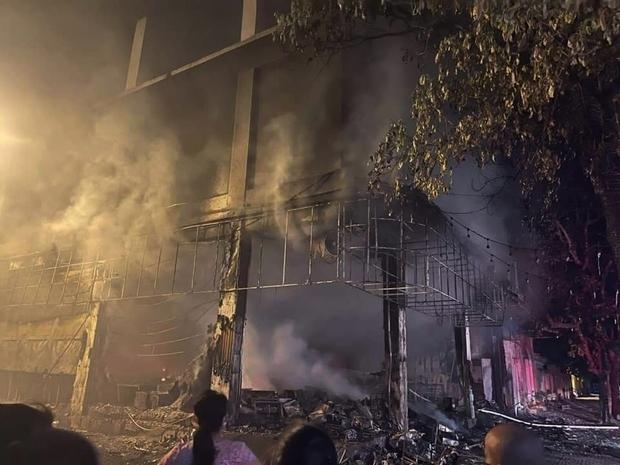 Ảnh: Hiện trường ám ảnh vụ cháy phòng trà khiến 4 người lớn và 2 trẻ em tử vong trong đêm - Ảnh 5.