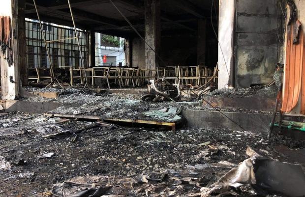 Ảnh: Hiện trường ám ảnh vụ cháy phòng trà khiến 4 người lớn và 2 trẻ em tử vong trong đêm - Ảnh 8.