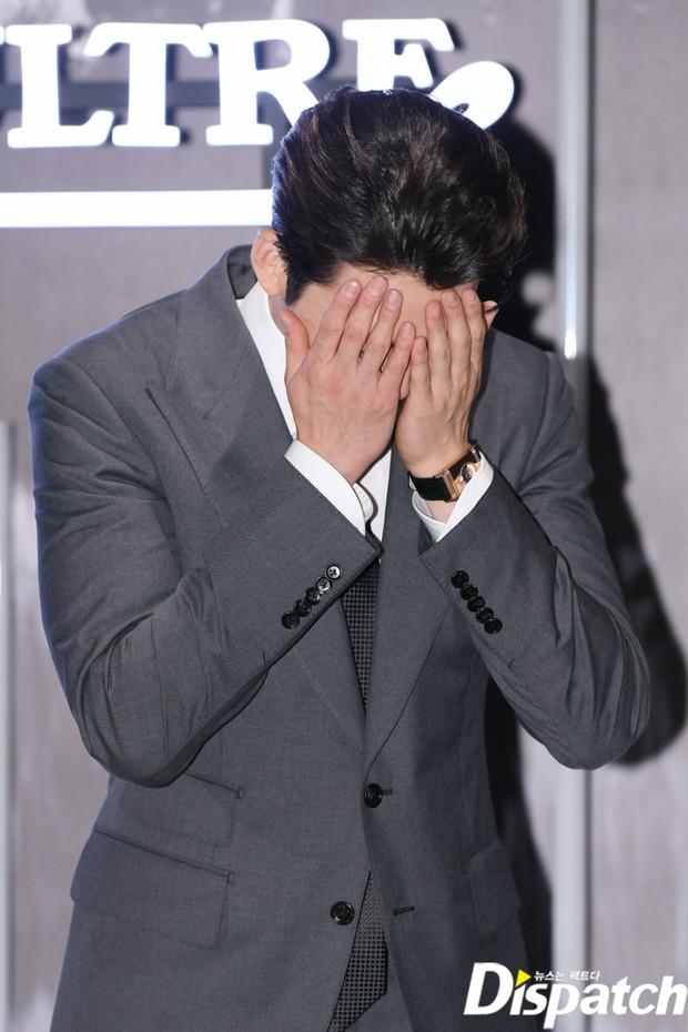 Kim Woo Bin lột xác tại sự kiện sau 3 năm ung thư: Visual trở lại thời The Heirs, phong thái tổng tài chấp ống kính phóng viên - Ảnh 4.