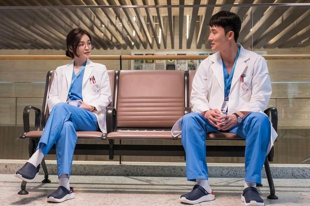 Ôn lại kiến thức trước khi chiến gọn Hospital Playlist 2: Từ món đặc sản đến bùng binh tình ái của hội bác sĩ - Ảnh 19.