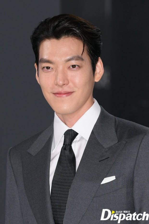 Kim Woo Bin lột xác tại sự kiện sau 3 năm ung thư: Visual trở lại thời The Heirs, phong thái tổng tài chấp ống kính phóng viên - Ảnh 2.