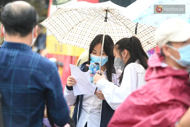Thí sinh Hà Nội được hộ tống trên xe bạc tỷ đi thi vào lớp 10 - Ảnh 9.