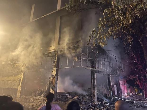 Nghệ An: Phòng trà bốc cháy trong đêm, phát hiện 6 người chết ở tầng 2 - Ảnh 3.