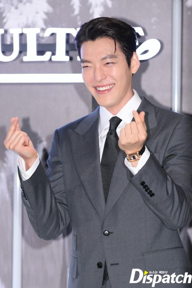 Kim Woo Bin lột xác tại sự kiện sau 3 năm ung thư: Visual trở lại thời The Heirs, phong thái tổng tài chấp ống kính phóng viên - Ảnh 3.