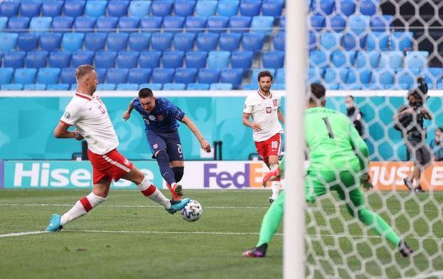Cầu thủ liên tục mắc lỗi, thẻ đỏ đầu tiên xuất hiện tại Euro 2020, ĐT Ba Lan nhận thất bại - Ảnh 2.