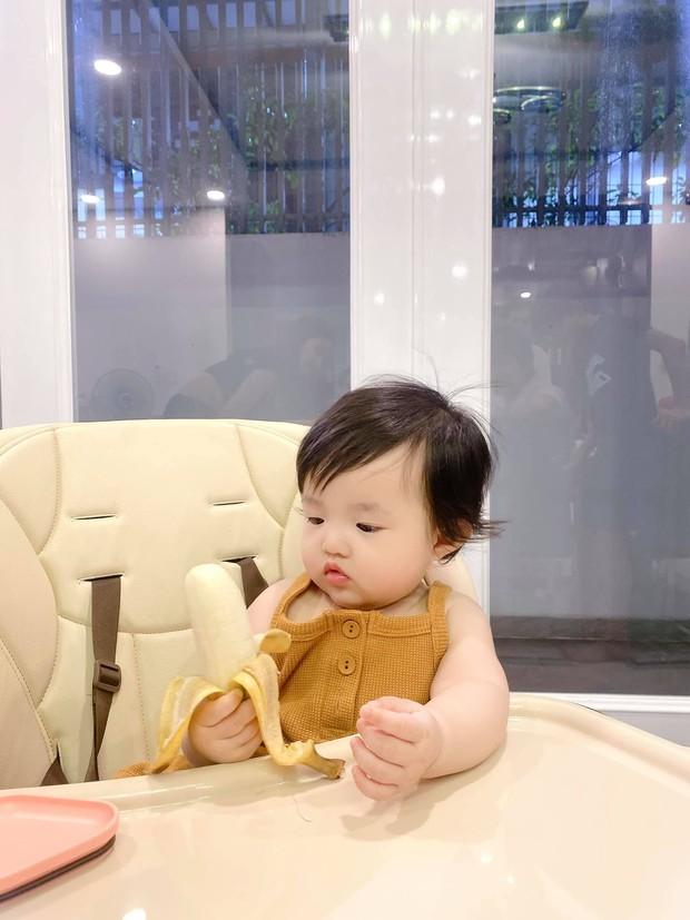 Đông Nhi khoe con gái đáng đồng tiền bát gạo, mới 8 tháng tuổi đã trổ tài làm 1 việc cực đảm, bố mẹ được nhờ lắm đây - Ảnh 7.