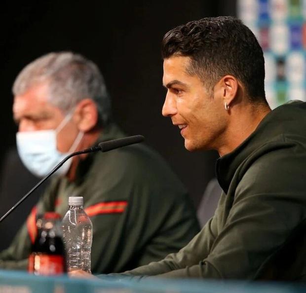 Ronaldo khiến nhà tài trợ giận run người: Gạt bỏ nước có ga trong buổi họp báo, khuyên mọi người uống nước lọc - Ảnh 1.