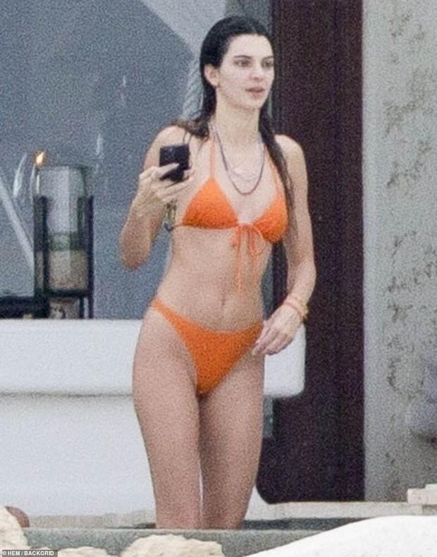 Đôi bạn thân siêu mẫu 9x đánh lẻ đi biển: Kendall và vợ Justin cùng khoe body như tạc tượng, nhưng mặt mộc của ai nhỉnh hơn? - Ảnh 3.