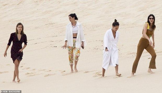 Đôi bạn thân siêu mẫu 9x đánh lẻ đi biển: Kendall và vợ Justin cùng khoe body như tạc tượng, nhưng mặt mộc của ai nhỉnh hơn? - Ảnh 11.