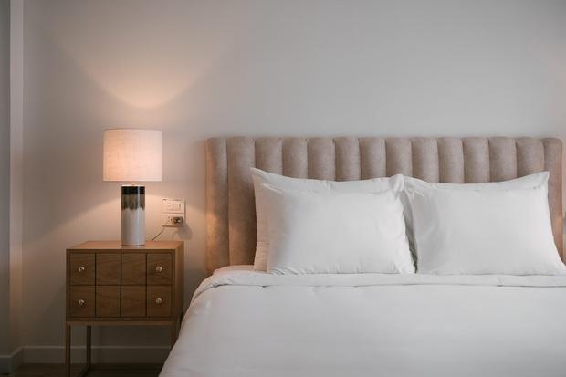 6 tips để trải giường ở nhà sang xịn mịn như giường khách sạn từ cô nàng có 4 năm kinh nghiệm trong ngành - Ảnh 1.
