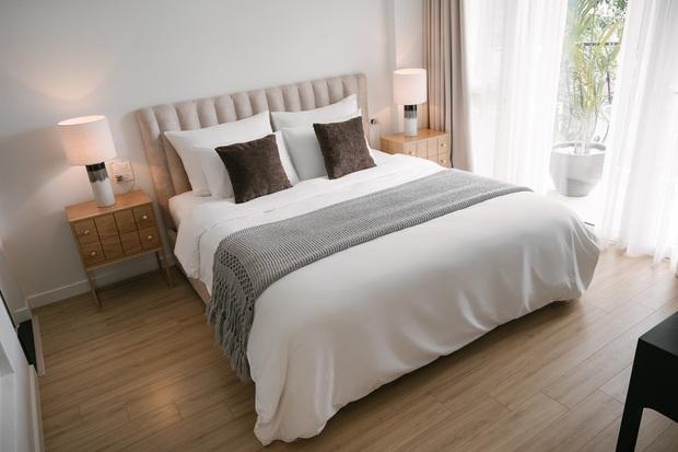 6 tips để trải giường ở nhà sang xịn mịn như giường khách sạn từ cô nàng có 4 năm kinh nghiệm trong ngành - Ảnh 14.