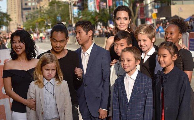 Người mẹ quốc dân Angelina Jolie: Khiến cả thế giới trầm trồ vì cách chăm 6 đứa con, cảm động nhất chuyện giúp cậu bé Việt đổi đời - Ảnh 3.