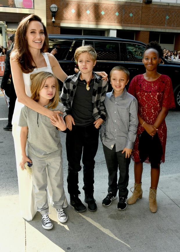 Người mẹ quốc dân Angelina Jolie: Khiến cả thế giới trầm trồ vì cách chăm 6 đứa con, cảm động nhất chuyện giúp cậu bé Việt đổi đời - Ảnh 4.