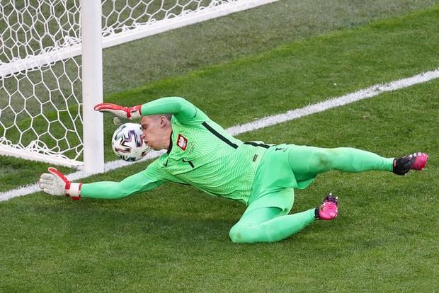 Cầu thủ liên tục mắc lỗi, thẻ đỏ đầu tiên xuất hiện tại Euro 2020, ĐT Ba Lan nhận thất bại - Ảnh 3.