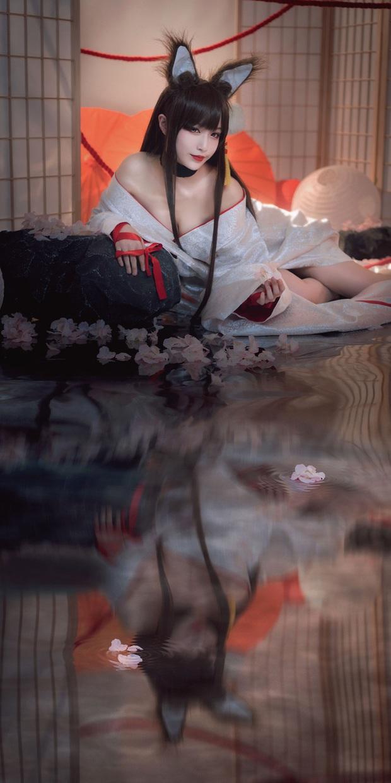 Game thủ ngẩn ngơ ngắm gái xinh cosplay mỹ nữ Akagi lấp ló vòng một trong Azur Lane - Ảnh 3.