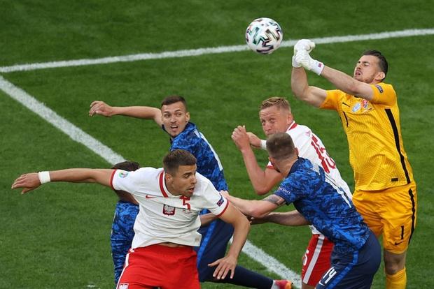 Cầu thủ liên tục mắc lỗi, thẻ đỏ đầu tiên xuất hiện tại Euro 2020, ĐT Ba Lan nhận thất bại - Ảnh 4.