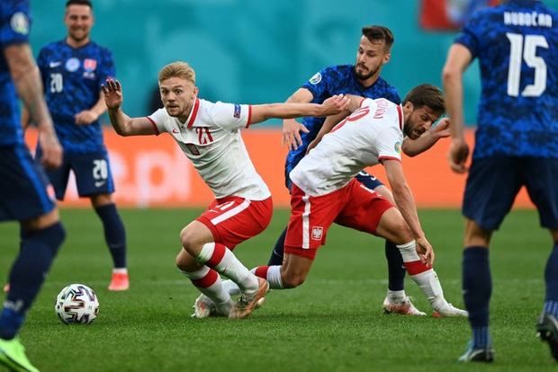 Cầu thủ liên tục mắc lỗi, thẻ đỏ đầu tiên xuất hiện tại Euro 2020, ĐT Ba Lan nhận thất bại - Ảnh 5.