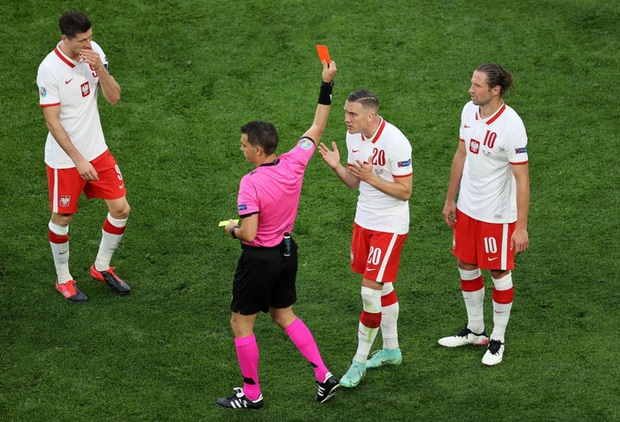 Cầu thủ liên tục mắc lỗi, thẻ đỏ đầu tiên xuất hiện tại Euro 2020, ĐT Ba Lan nhận thất bại - Ảnh 7.