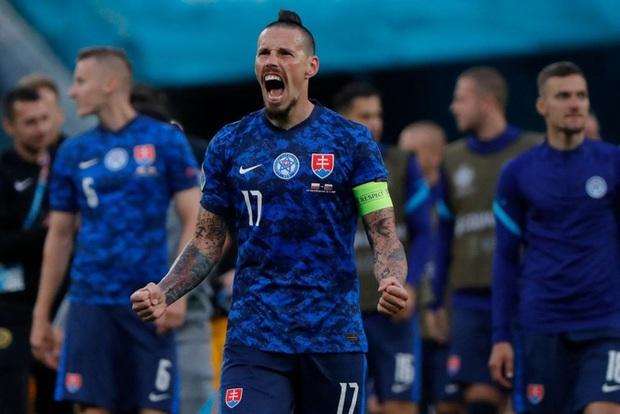 Cầu thủ liên tục mắc lỗi, thẻ đỏ đầu tiên xuất hiện tại Euro 2020, ĐT Ba Lan nhận thất bại - Ảnh 9.