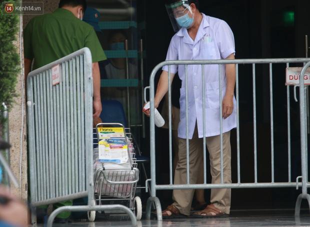 Hà Nội: Phong tỏa 1 tòa chung cư sau khi ghi nhận ca dương tính SARS-CoV-2 - Ảnh 12.