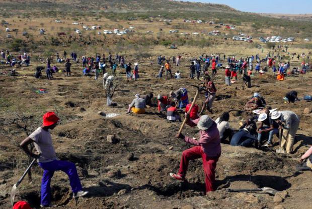 Dân đổ xô đến ngôi làng Nam Phi tìm vận may sau phát hiện bất ngờ - Ảnh 1.