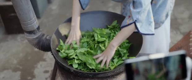 Đàm Tùng Vận hóa chị Mỹ Tâm xào rau, Bạch Kính Đình lộ quần chíp hoa ở trailer phim tái hợp sau 6 năm xa cách - Ảnh 2.