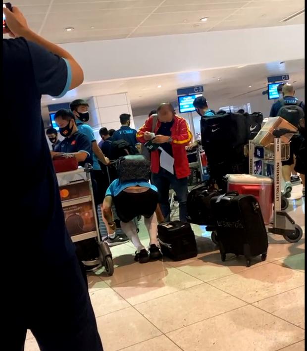 Tuyển Việt Nam lên chuyến bay lúc nửa đêm để về nước sau khi giành được chiến tích lịch sử tại vòng loại World Cup - Ảnh 15.