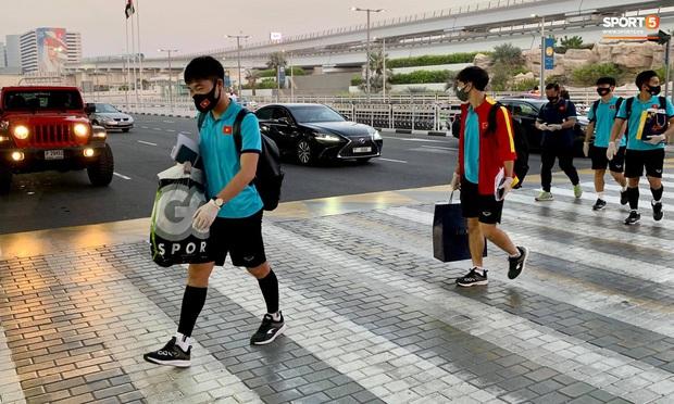 Tuyển Việt Nam lên chuyến bay lúc nửa đêm để về nước sau khi giành được chiến tích lịch sử tại vòng loại World Cup - Ảnh 9.