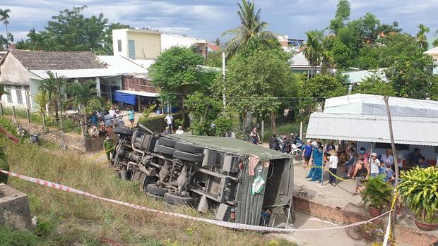 Xe quân đội đâm sập taluy lao xuống vực, 2 người tử vong - Ảnh 2.
