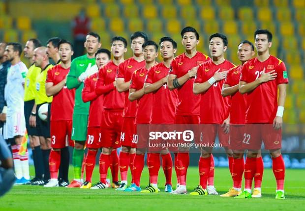 Clip hiếm: Tuyển Việt Nam hát Quốc ca đầu trận quyết đấu với UAE - Ảnh 1.